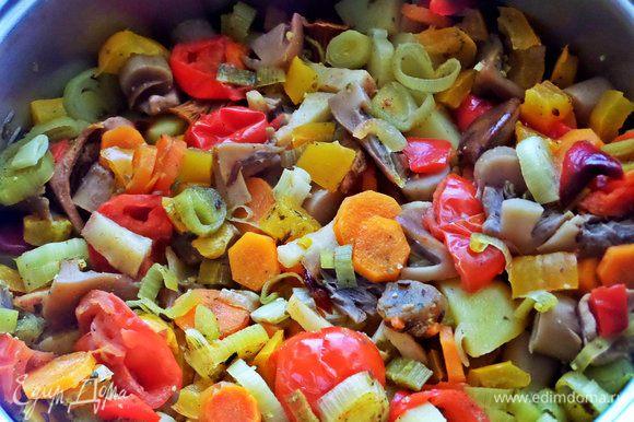 Залить водой. Закрываем крышкой, тушим на маленьком огне минут 20 до готовности овощей.