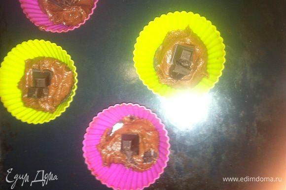 Смазываем силиконовые формочки маслом. На дно кладем целое печенье «Oreo», затем немного теста, чтобы закрыло печенье, далее пару долек горького шоколада (если хотите жидкую текучую начинку, шоколад можно заменить шоколадной пастой) и снова тесто. Сверху для украшения вставляем дольку печенья (можно печенье истолочь и посыпать сверху кекс). Ставим выпекаться в разогретую духовку до 180 — 190°С на 30 — 40 минут. Готовность проверяем зубочисткой. Если тесто не липнет, то кексы готовы.