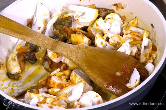 Из замоченных грибов слить жидкость, пару столовых ложек влить в сковороду с грибами.