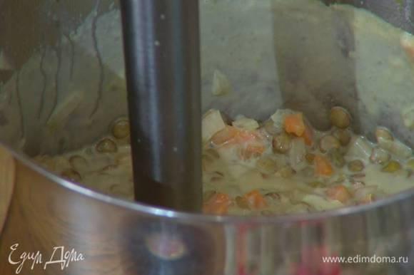 Суп посолить, влить немного горячей воды и взбить погружным блендером.