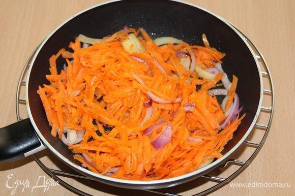 Спассеровать лук на раскаленном растительном масле, добавить натертую на крупной терке морковь.