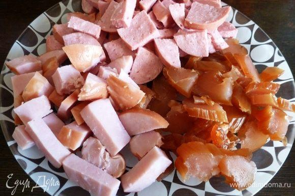 Для солянки возьмем разные мясо-колбасные продукты, чем разнообразнее состав, тем вкуснее. У меня свиная сарделька, копченая куриная грудка и ветчина. Нарежем кусочками.