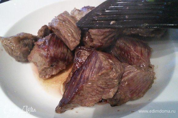 В кастрюле с толстым дном разогреть масло и обжарить порционно кусочки мяса до золотистой корочки. Не обжаривайте все мясо сразу, иначе оно будет не жариться, а тушиться и будет жестким. По необходимости добавлять масло.