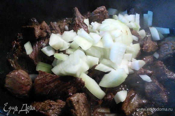 Вернуть в кастрюлю мясо, добавить лук и чеснок, обжарить вместе с мясом в течении 2-4 мин.