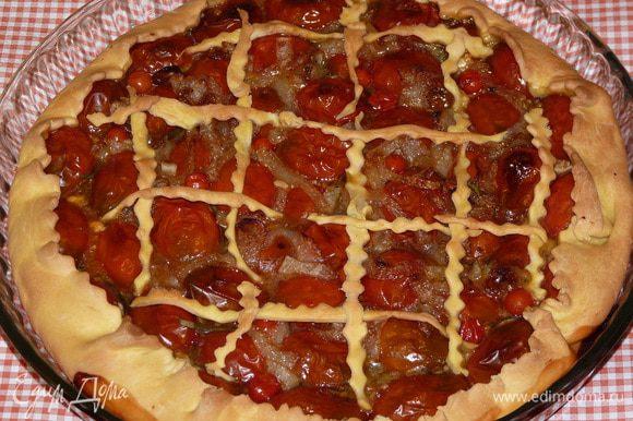 Выпекать в заранее разогретой до 180°С духовке 35 — 40 минут, до коричневой кожицы на помидорах.
