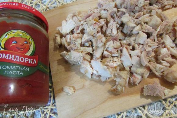 Куриное мясо (можно использовать остатки запеченной курицы; курицы-гриль) отделить от костей и порезать маленькими кусочками.