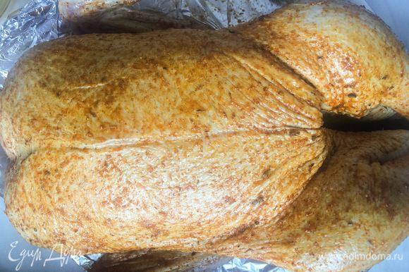 Хорошенько натрите утку маринадом, внутри и снаружи. Положите утку на противень, накройте пленкой и поставьте в холодильник на ночь (минимум на 4 часа).