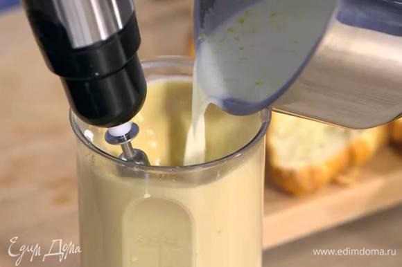 Не прекращая взбивать, влить горячие сливки с молоком и взбить еще немного, затем влить апельсиновый сок и все перемешать.
