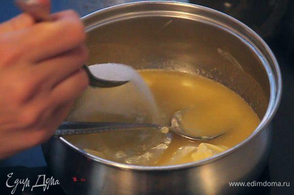 Добавляем в растопленное масло 2 столовые ложки сахара. Потому как мы будем добавлять какао, а оно даст немного кислинки. Постоянно помешиваем, чтобы масло не подгорело.
