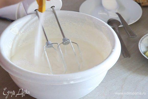 В смесь сметаны и сахара добавляем пакетик ванильного сахара. Также по желанию добавляем 30 г сахара, чтобы было слаще. Хорошо все перемешиваем миксером.