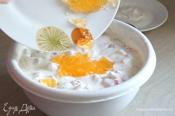 В сметанную смесь добавляем кусочки печенья, нарезанное желе, бананы и киви. Все аккуратно перемешиваем.