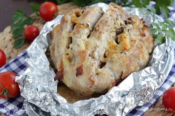 Достаем мясо из духовки, снимаем жгуты, режем на кусочки. Эта буженина хороша и в холодном виде.