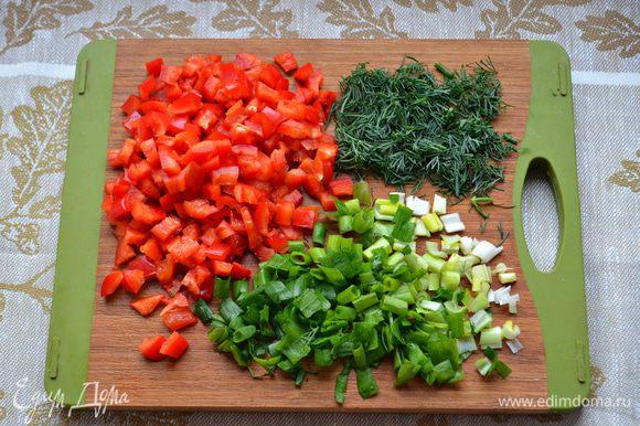 Болгарский перец помойте, очистите от семян и плодоножек и нарежьте мелкими кубиками. Лук и зелень промойте и также мелко нарежьте.