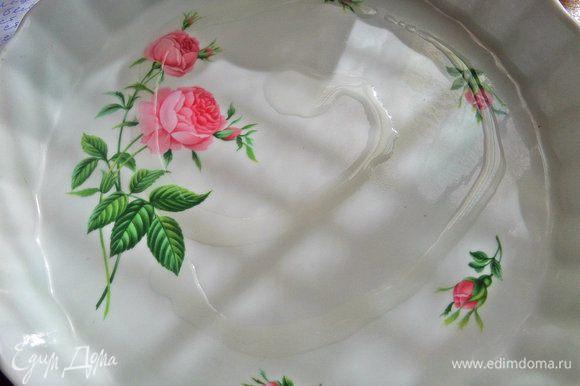 Керамическую форму диаметром 22 см смазать растительным маслом.