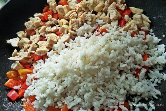 Высыпать из пакетика в сковороду готовый рис и курицу.