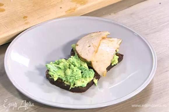 Хлеб прогреть на той же сковороде, где жарилась ветчина с помидорами, затем смазать горчицей, выложить на него размятый авокадо и ветчину.