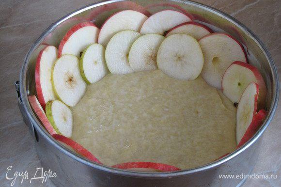 Тесто выложить в форму (диаметр 22 см), смазанную сливочным маслом. Выложить кружки яблок и груш по кругу вертикально и внахлест, утапливая их в тесте.
