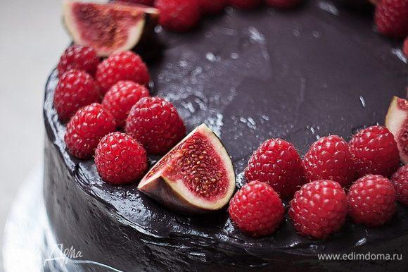 Такой торт станет украшением любого праздничного стола! И вкусом вас порадует — сочетание сладости вишни и легкой солености крема никого не оставит равнодушным. Приятного аппетита!