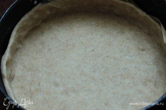 Тестовую заготовку застелить рукавом для запекания, сверху выложить «груз» и выпекать при 180°С 10 мин, убрать груз и запекать еще 3 — 5 мин. Дать заготовке немного остыть, затем присыпать тесто крахмалом, выложить начинку.