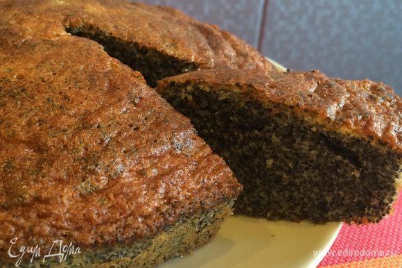Вот и готов наш кексик. При желании можно его посыпать шоколадом или еще какой-нибудь вкусняшкой. Приятного аппетита!