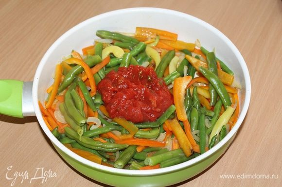 Добавить измельченные в собственном соку помидоры «Помидорка», перемешать, добавить полстакана воды, перемешать овощи и тушить 7 — 8 минут.
