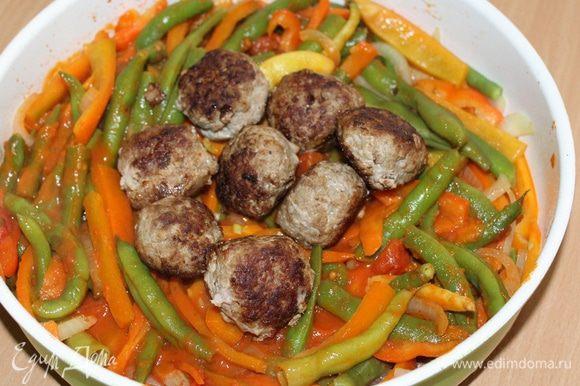 Овощи соединить с фрикадельками, потушить 5 — 6 минут под крышкой.