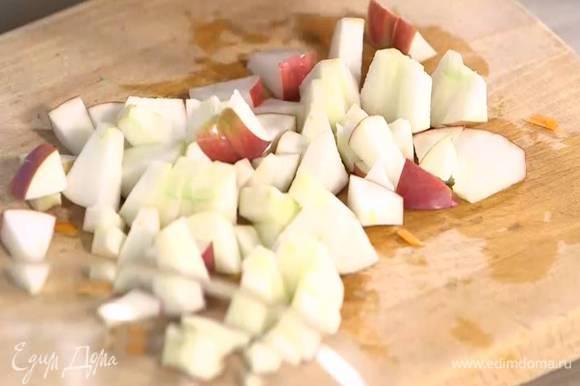 Яблоко, удалив сердцевину, нарезать маленьким кубиками.