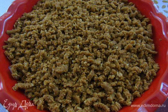 Форму для запекания смажьте маслом, выложите начинку из баклажанов, сверху на терке равномерно натрите тесто, ни в коем случае его не приминайте.