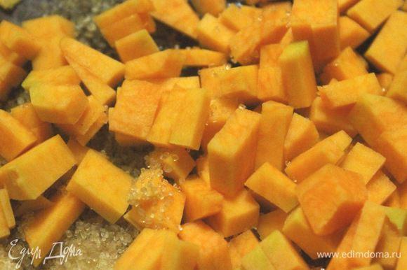 Для начинки тыкву очистить, нарезать небольшими кубиками. На сковородке растопить сливочное масло, добавить тыкву, сахар и потушить пару минут до легкой мягкости тыквы. В конце добавить специи и перемешать. Начинку остудить до комнатной температуры.