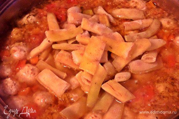 Прямо, не размораживая, отравляем в суп. Пробуем на вкус. Настало время влить или не влить рассол. Я добавила 0,5 стакана.