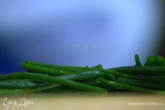 Укроп и шнитт-лук крупно порезать.