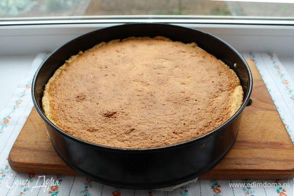 Выпекать при температуре 180°С приблизительно 45 — 50 минут. Дать пирогу остыть в форме 2 — 3 часа.