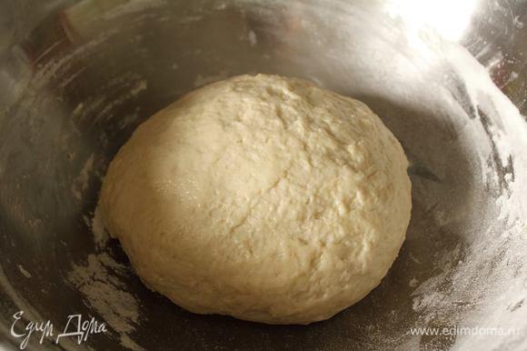 Чтоб не забить тесто мукой, на этапе «немного прилипает к рукам» можно смазать руки растительным маслом и вымешать тесто. Уложить его в емкость, накрыть пленкой и поставить на час в теплое место.