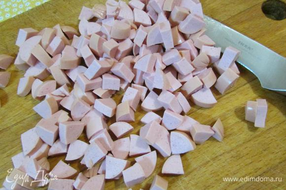 Сосиски нарезать мелким кубиком.
