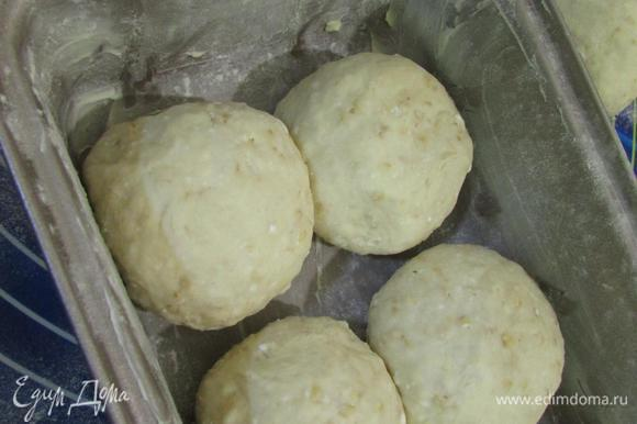Выложить в смазанную маслом форму для выпечки половину шариков.