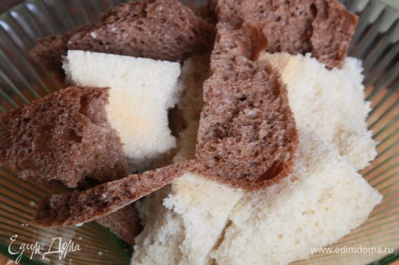 Хлеб освобождаем от корочек и заливаем водой. Молоком хлеб для котлет заливать не рекомендуют, так как молоко придает мясу жесткость, а нам это не нужно.