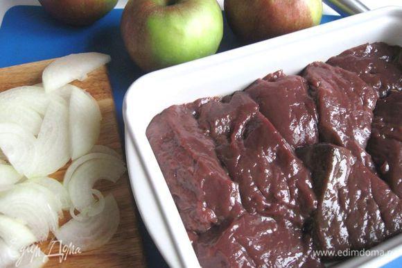 Печень освободить от пленок, нарезать на куски (толщиной 2 см). Лук очистить, нарезать тонкими полукольцами.