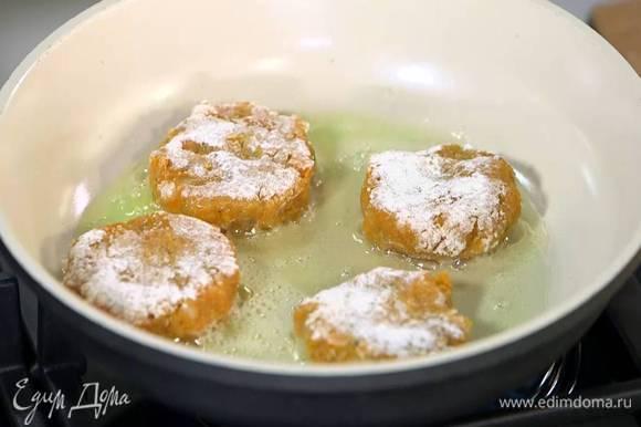 Разогреть в сковороде оливковое и сливочное масло и обжаривать биточки с двух сторон до появления золотистой корочки.