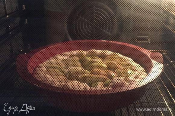 Выпекать пирог в предварительно разогретой до 200°С духовке около 30 минут.