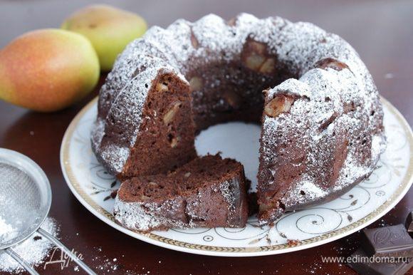 Достаньте кекс из духовки и остудите. Переверните кекс из формы, обильно посыпьте сахарной пудрой.