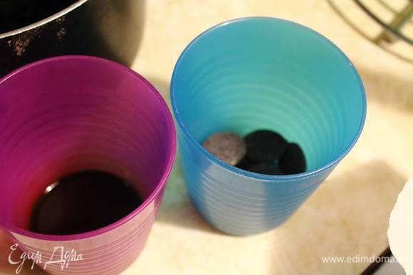 Готовим заправку кофе: растворяем кофе в горячей воде и шоколад (его лучше будет растопить прямо перед добавлением в крем).