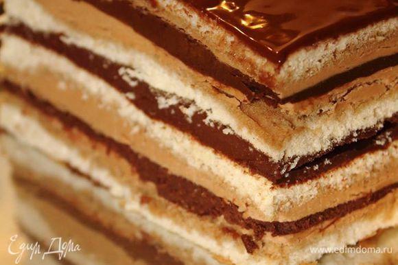 Настоявшуюся и покрытую глазурью торт «причесать» — обрезать кривые края и можно есть. Ее можно подавать как пироженки или как торт, как душа пожелает. Под чашечку кофе в осенний прохладно-дождливый вечер — идеальная музыка вкуса :)