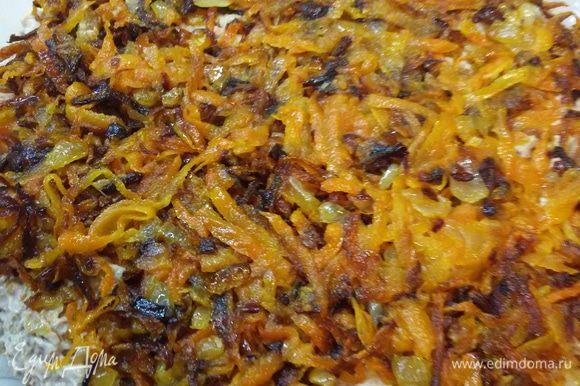 На печенб выложить обжаренные лук и морковь. Но лучше их сначала положить на салфетку, чтобы стек лишний жир.