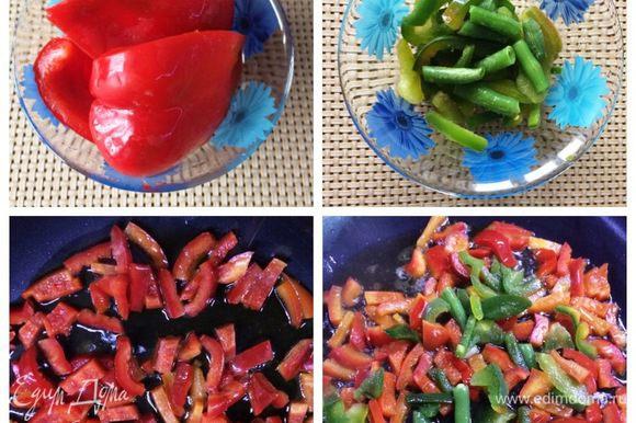 Подготовим сладкий красный перец (у меня гогошар), очистим от семян, нарежем кусочками и отправим на разогретую сковороду с оливковым маслом обжариваться. Несколько минут обжариваем, затем добавляем в эту же сковородку стручковую зеленую фасоль. Обжариваем вместе еще пару минут. Затем откладываем овощную смесь остывать, стараясь извлечь ее без масла. На этом же масле будем обжаривать куриное филе.