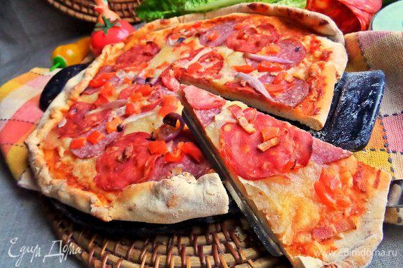 Получились 2 средние пиццы. Пеклись поочередно.