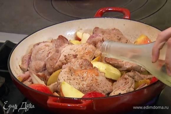 Выложить в сковороду с луком и чесноком яблоки, слегка обжарить, затем добавить обжаренную свинину, влить белое вино и дать алкоголю выпариться.