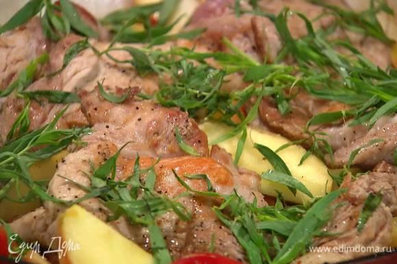 Листья тархуна оборвать (одну веточку оставить), посыпать мясо с овощами, накрыть сковороду крышкой и тушить все на медленном огне 40 минут.