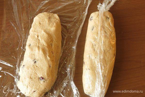Формируем две колбаски и ставим их на 2 часа в холодильник.