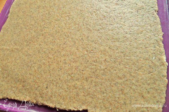 Раскатать на силиконовом коврике. У меня заняло почти всю поверхность коврика 34х30 см. Размеры теста 31х27 см.