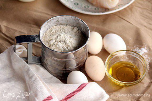 Для приготовления теста нам понадобится масло оливковое, яйца, мука, щепотка соли. Хотя, говорят, по классике, соль не используется, так как соус для тортелли должен быть насыщенным и давать основной вкус.